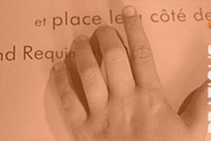 doigt sur un livre pour suivre la lecture